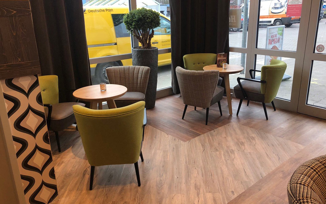Raum mit Stühlen und Tischen