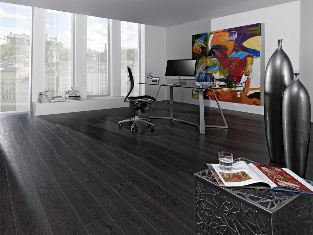 Korkboden dunkelbraun/schwarz, Buero mit großen Fenster