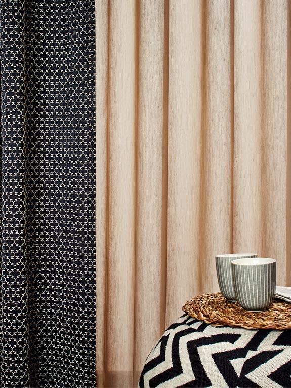 Vorhang schwarz mit weissem kleinen Muster, Vorhang rosa mit schwarz, weissen Beistelltisch mit zwei Bechern
