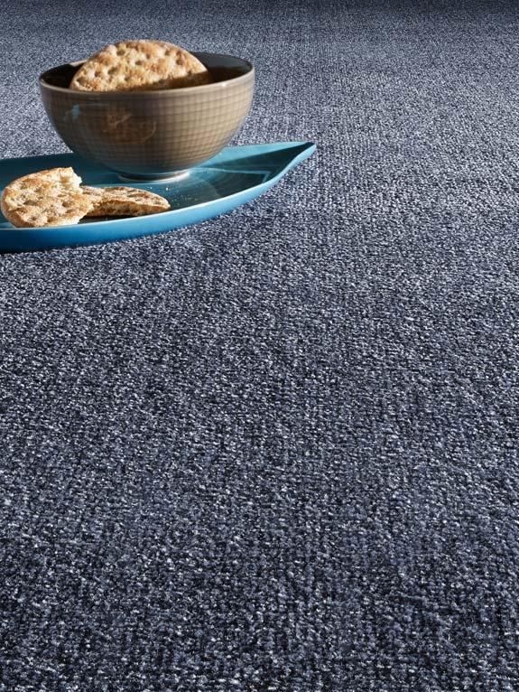 Teppichboden dunkelblau Struktur mit blau,brauner Deko