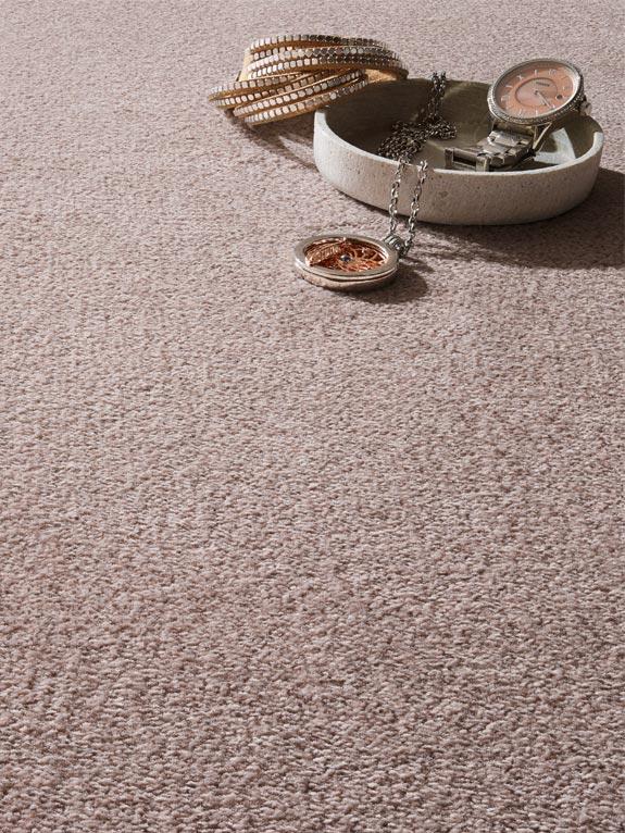 Teppichboden rosa Struktur mit Deko und Schmuck