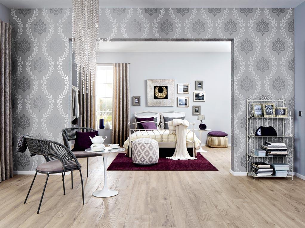 Sitzraum/ Schlafzimmer Tapete grau/ silber mit Diamanten Lampe