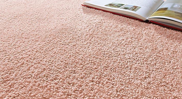rosa teppich mit buch