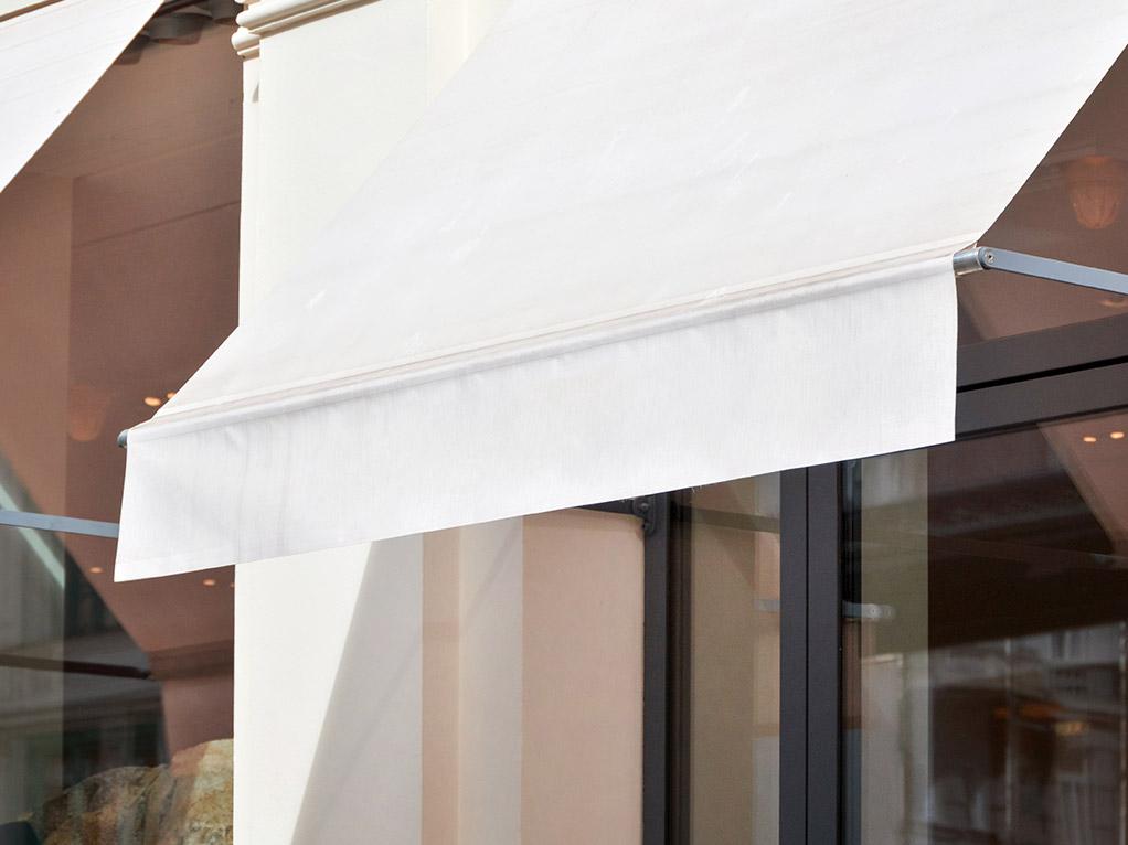 weiße Markise vor Fenster