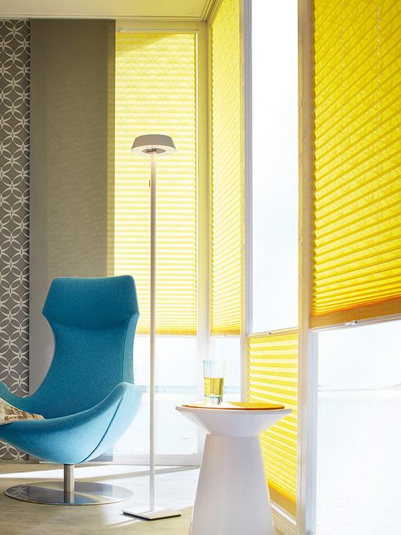 gelbe Plissees an Fenster