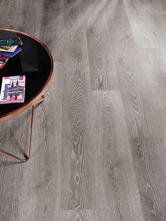 Designboden grau Flächenbild mit schwarzen Glastisch mit Kupferrahmen