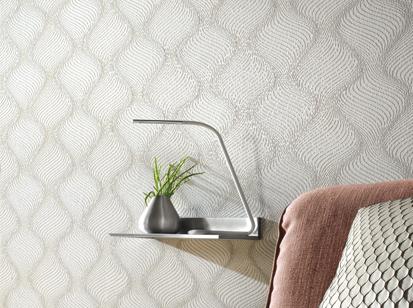 Tapete grau, weiss mit Wellen/DNA Muster, mit Pflanze, Lampe und etwas Sessel und Kissen