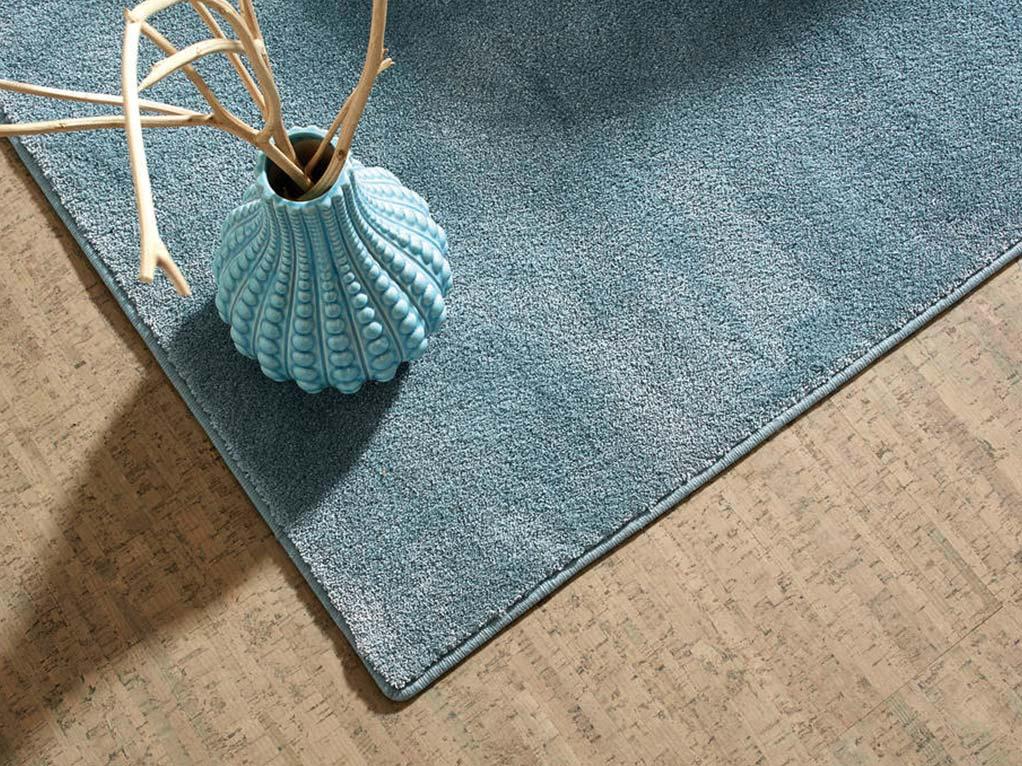 grauer/bescher kork boden mit blauenteppich und vase mit deko