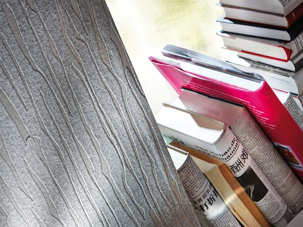 graue baumrinde detailansicht am fenster mit büchern