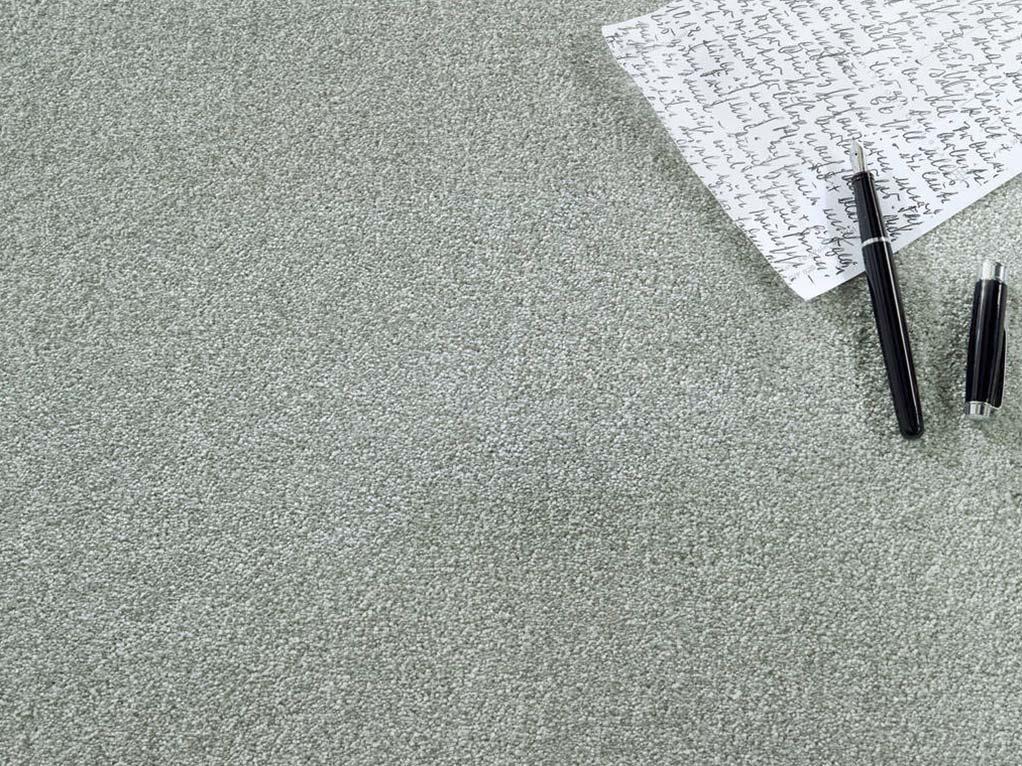 hellgrüner teppich mit beschriebenen papier und füller