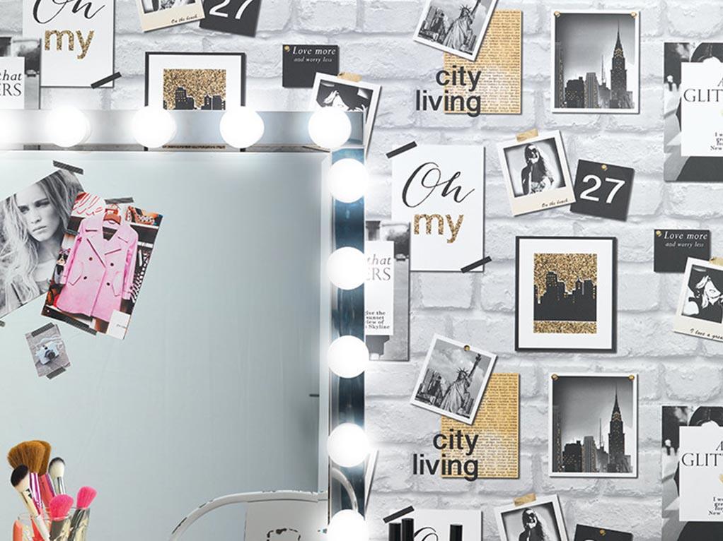 weiße steintapete mit bildern, spiegel mit lichtern