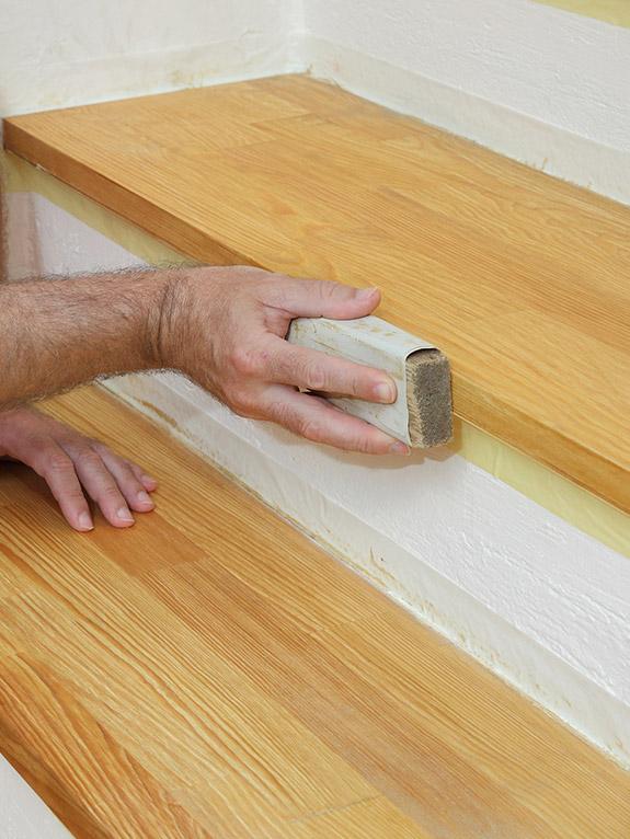 schleifen einer Treppenstufe per Hand