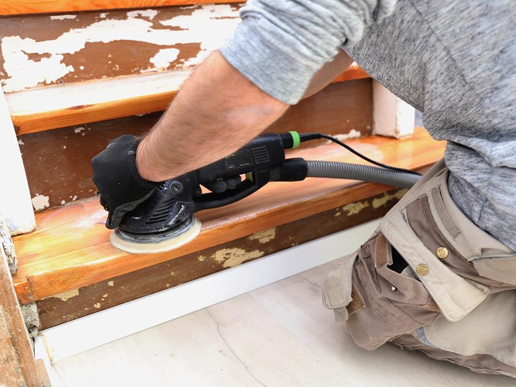 Schleifen einer Treppenstufe mit Schleifgerät