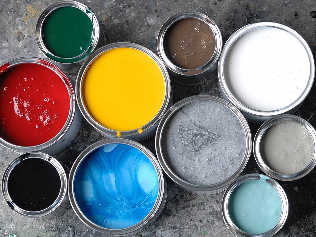 lacke in eimern in verschiedenen farben