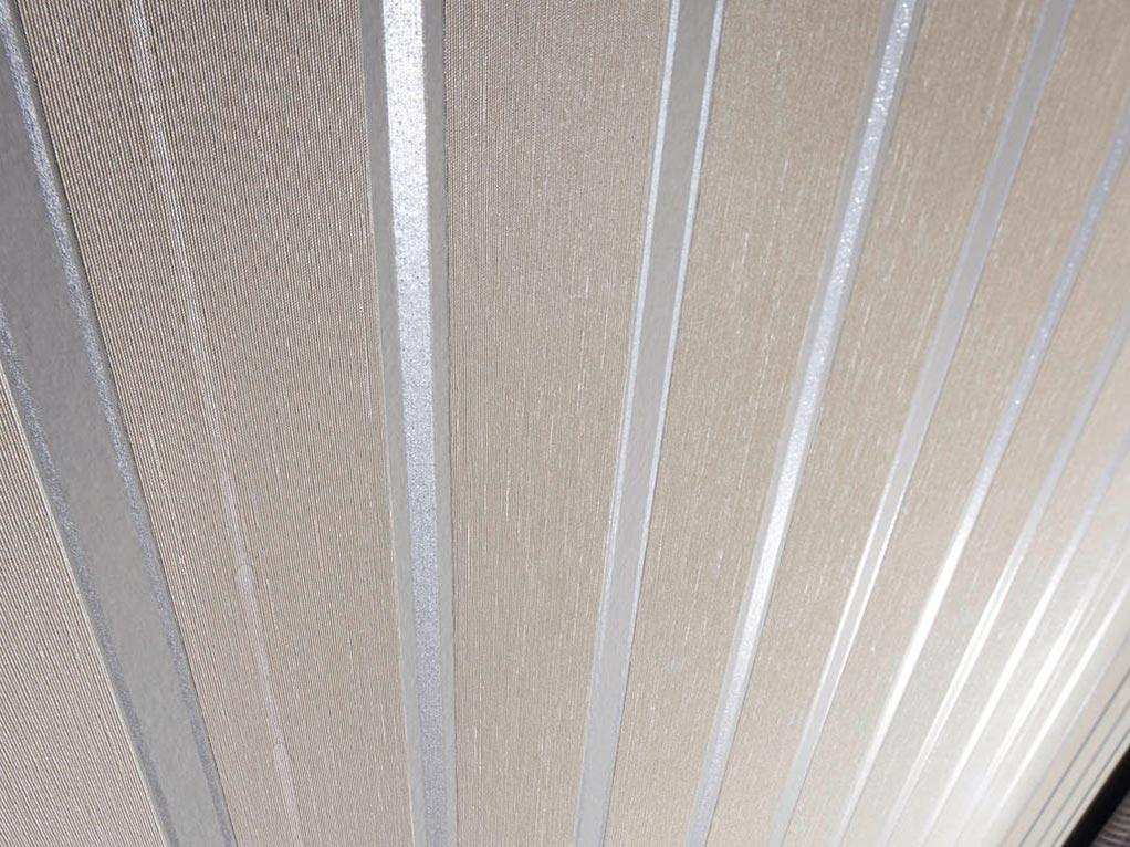 graue tapete mit streifen detailansicht