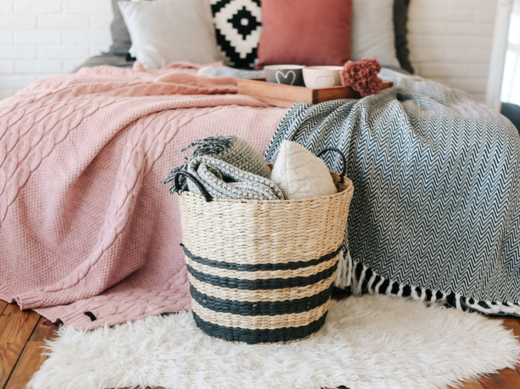 Bett Decken und Kissen