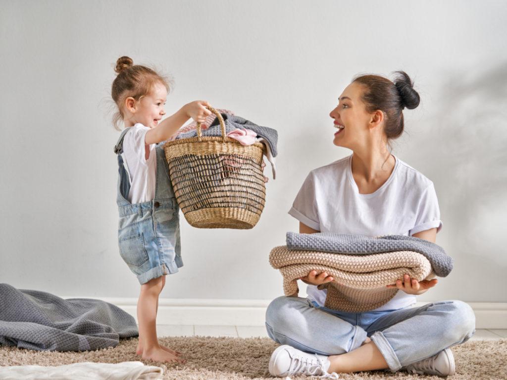 Mutter und Kind aufräumen